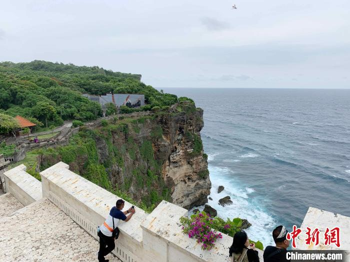 The picture shows the Lover's Cliff Scenic Area, with few tourists.Photo by Lai Hongyuan