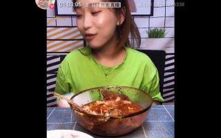 [吃播小颖] 有在想今晚吃什麼嗎? 豆角土豆排骨燜麵