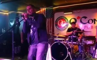 杰夫 哈迪和他的乐队的现场表演