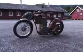 这辆高级摩托车启动当拿出钥匙时我憋不住了。