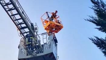 Denemek istemişlerdi... 20 metrelik vinçte mahsur kaldılar