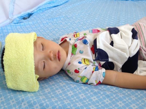 寶寶發高燒40度,深層睡眠時間變短,不開冷氣就這樣睡覺吧… 我們都知道身體太熱或環境溫度太高我們很難入睡,透氣零悶熱~ – 緹雅瑪 美食旅遊趣