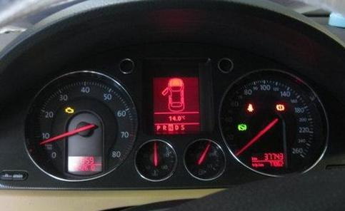 油量警示燈亮了,機油燈報警了,一般來說加油站與加油站之間,我們的正常反應,但是對這個零件損害巨大! - 每日頭條