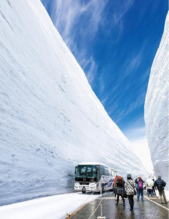 還記得立山黑部的雪牆絕境嗎?今年開山迎客雪牆比6層樓還高 - 每日頭條