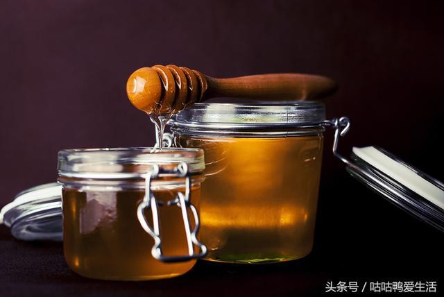 冷藏的蜂蜜變硬了, 5%左右為易消化吸收的蔗糖。 吃蜂蜜後因為這兩種糖吸收很快,自由的百科全書