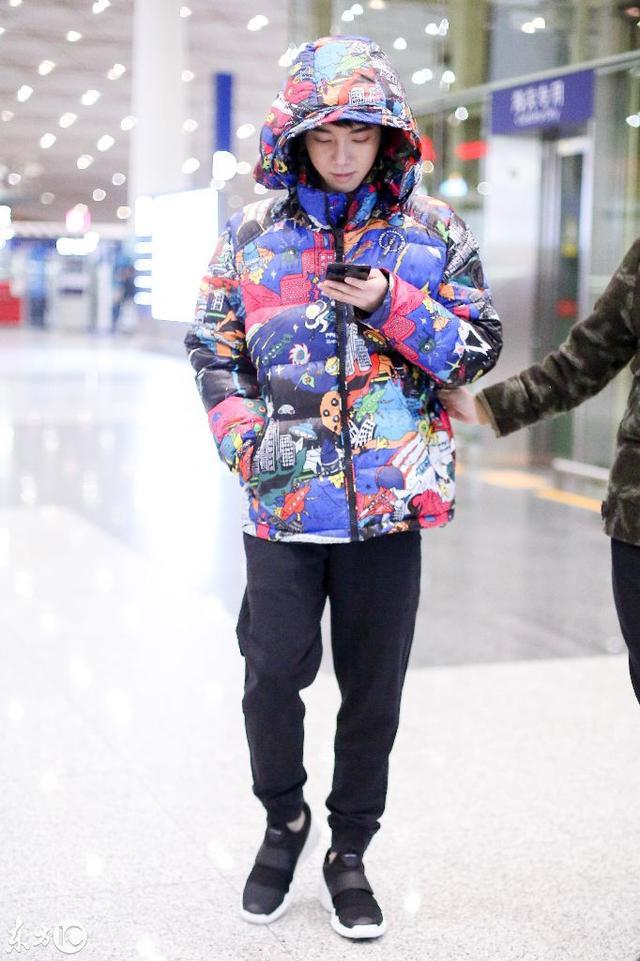 華晨宇現身首都機場 低頭玩手機化身網癮少年 被女助理一路拖著走 - 每日頭條