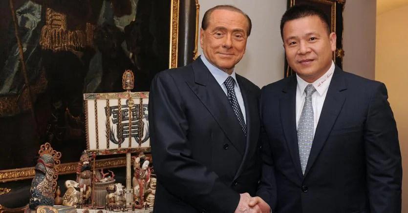 Il proprietario del Milan, Li Yonghong con Silvio Berlusconi ad Arcore, aprile 2017 (Ansa)