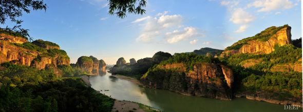 气势恢宏的红色崖壁和大面积的侵蚀地貌,栩栩如生的天然石柱、塔峰、沟谷、巷谷和瀑布,构成了龙虎山罕见而独特的自然美。红色的岩石与绿色的树林、蓝色的河流之间构成强烈对比,呈现出无与伦比的景观效果。而这一切,正是道教创始人张道陵走遍大半个中国后,临羽化前还叮嘱他的后人回到龙虎山的奥秘所在。于是,道教正一派的回归,也使得龙虎山成为中国的道教圣地。(摄影/夏程琳)