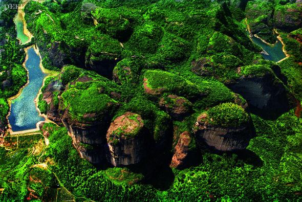 从高空俯瞰龙虎山的丹霞地貌,就会发现,暖湿季风气候条件下发育的大面积陆相红色砂砾岩,早已被茂密的森林植被所覆盖。由于受中亚热带暖湿气流影响,龙虎 山雨量充沛,区域内植被类型多样,野生动物资源丰富。不过,在历史上,由于生态系统破坏,农药污染,加上乱捕滥猎,野生动物资源日趋减少。(摄影/管华鞍)