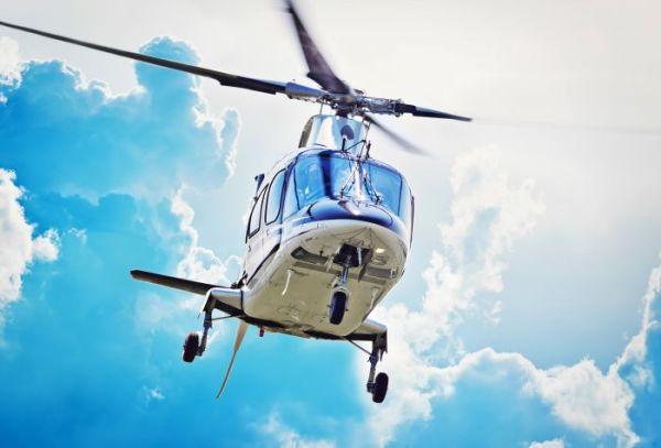 Картинка полет вертолета на фоне туч, облаков на рабочий стол