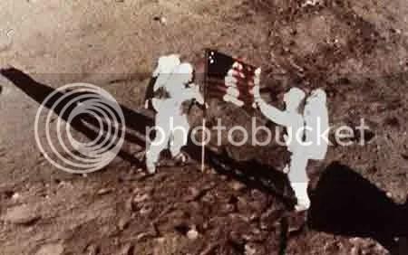 Hai phi hành gia cắm cờ Mỹ trên mặt trăng ngày 20/7/1969. Ảnh: AP.