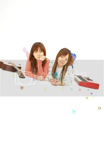 A la izquierda, Yuka Katou (guitarra). A la derecha, Yui Niitsu (teclado).