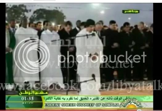 Moammar al-Gadhafi at prayer