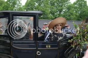 koninklijk bezoek - Maxima praat met de kinderen van Speelgoedbank Wageningen
