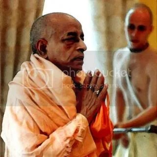 Prabhupada picks up devotees