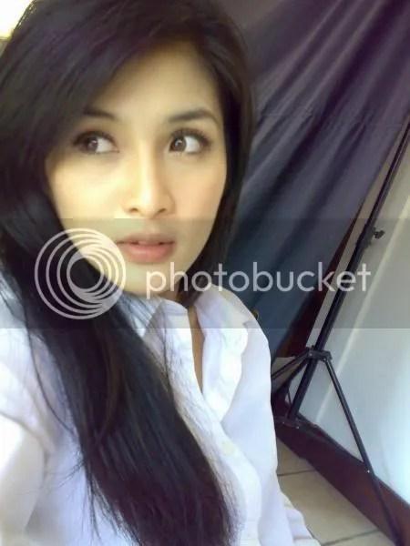 Sandra Dewi Melamun