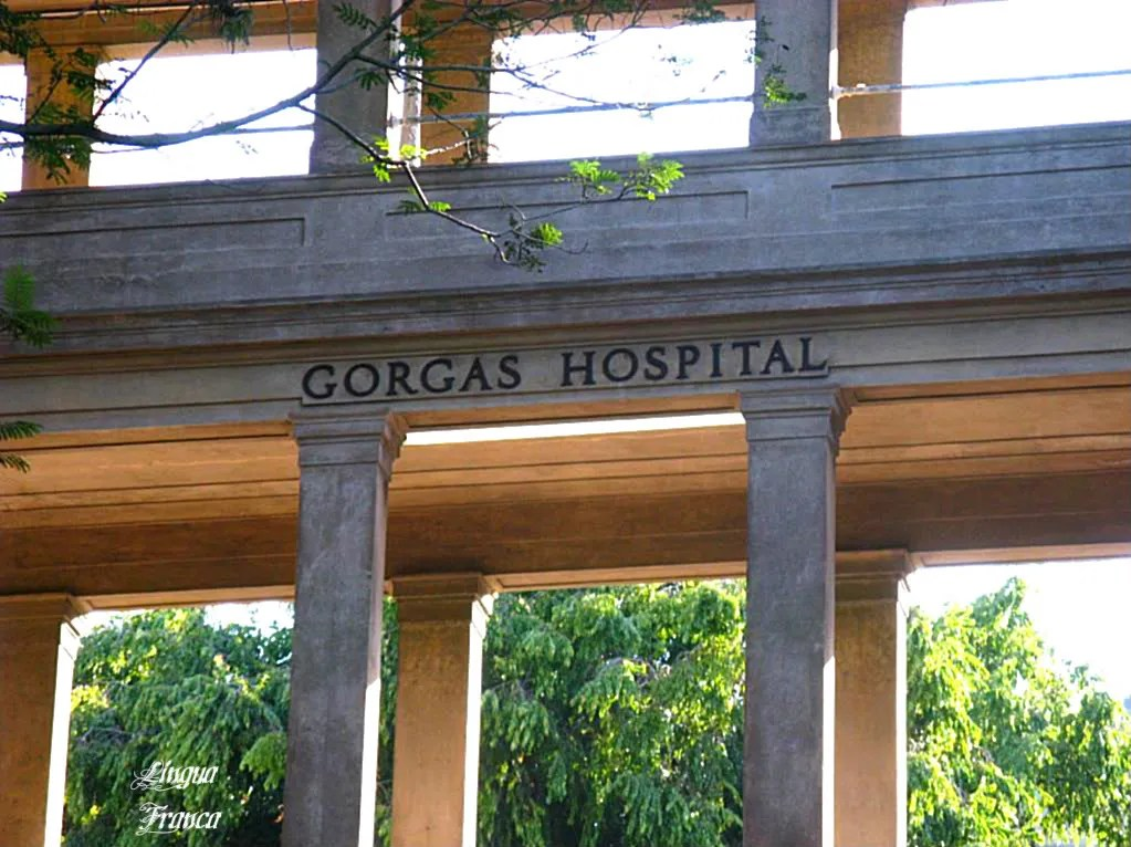 Clear view of the name of the hospital embedded in the concrete of the structure.  (Credit:  Omar Upegui R.)