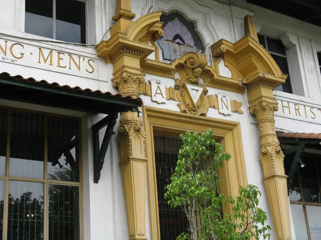 A close up view of the entrance of the Balboa Y.M.C.A. building.  Notice the elegant columns typical of the Greek Corinthian Order style.   (Credit:  Omar Upegui R.)