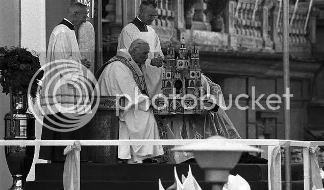 PopeJohnPaulIIReceivesaModelofSt-1.jpg picture by kjk76_93