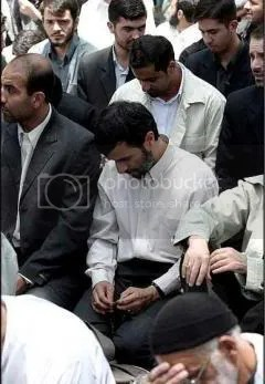 Ahmadi Nejad Praying