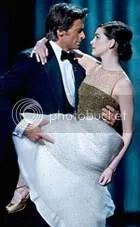 Hugh Jackman agarra Anne Hathaway com vontade - CLIQUE PARA AMPLIAR ESTA FOTO EM ÓTIMA RESOLUÇÃO