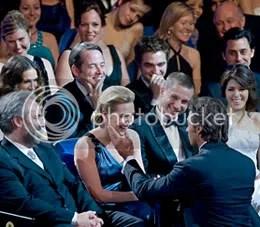 Hugh Jackman faz um afago em Kate Winslet - CLIQUE PARA AMPLIAR ESTA FOTO EM ÓTIMA RESOLUÇÃO