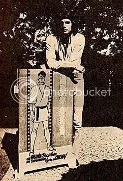 Pedro Aguinaga posa junto ao poster promocional do filme O Judoka - CLIQUE PARA AMPLIAR ESTA FOTO