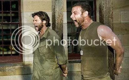 Logan (Hugh Jackman) e Victor (Liev Schreiber) enfrentam o pelotão de fusilamento. Crédito da foto: James Fisher - CLIQUE AQUI PARA AMPLIAR ESTA FOTO EM BOA RESOLUÇÃO