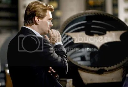 Harvey Dent (Aaron Eckhart) Pensativo - CLIQUE PARA AMPLIAR ESTA FOTO EM ALTA RESOLUÇÃO