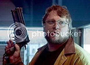 Guillerm del Toro brinca com a arma de Hellboy durante as filmagens - CLIQUE PARA AMPLIAR ESTA FOTO