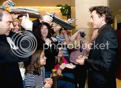 Robert Downey Jr. chega ao The Beverly Hilton e atende os fãs. CLIQUE PARA AMPLIAR ESTA IMAGEM EM ÓTIMA RESOLUÇÃO