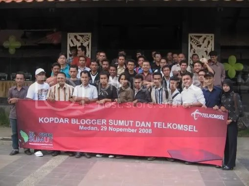 Peserta Kopdar bareng Blogger Sumut dengan Telkomsel photo bersama seusai acar