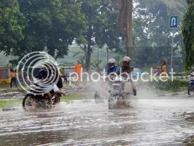 Banjir seperti ini selalu terjadi bila hujan. Apalagi hujan lebat, air bakal meriak kemana-mana. Dimana lokasinya? Hanya beberapa ratus meter dari Kantor Bupati, arah ke Gapura Tegar Beriman. Sudah beberapa lama kondisi itu dibiarkan. Berpotensi merusak jalan.