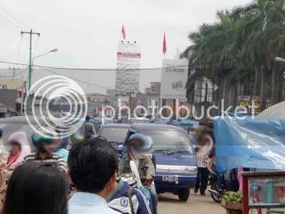Pasar Cibinong terkenal sebagai biang macet. Banyaknya PKL yang menutupi badan jalan menjadi salah satu sebab kemacetan parah. Kabarnya akan ada sistem kanalisasi bagi para PKL. Akan berjalankah? Time will tell.