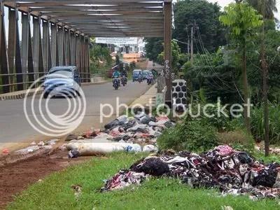 Sampah liar di jembatan PDAM, jalan baru. Lokasinya juga hanya bertaut ratusan meter dari Kantor Bupati Bogor. Sudah lama tempat ini menjadi lokasi liar pembuangan sampah.