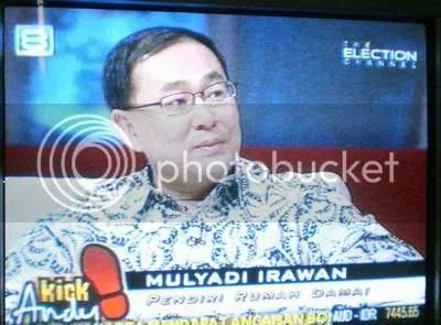 Mulyadi Irawan, pendiri Rumah Damai menuturkan pengalamannya merawat para pengguna narkoba. Sembuh dengan pendekatan hati, kata Mulyadi. Gambar saya jepret di TV menggunakan Casio Exilim Z75.