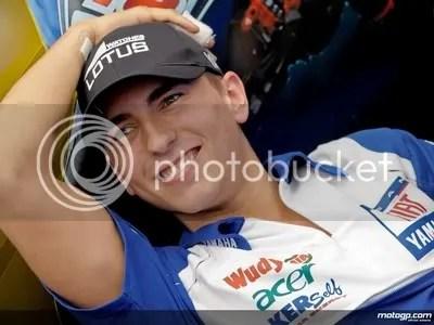 Jorge Lorenzo menjadi penawar rindu fans maniak MotoGP. Ayo siapkan kaos, jaket, topi, dan sebagainya untuk ditandatangani.