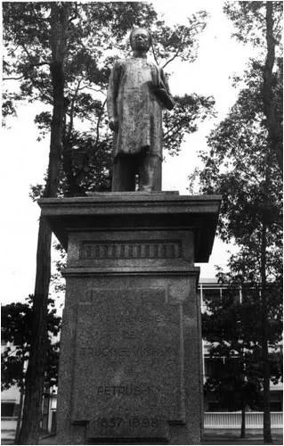http://s270.photobucket.com/albums/jj109/fbuis/celebrity/?action=view&current=statue01.jpg