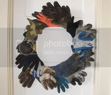 glove wreath, via http://rubyreusable.com/artblog/?p=1041