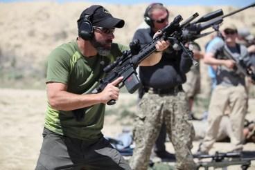 Chris Costa disparando su LaRue OBR con visor Nightforce y Aimpoint Micro T-1 sobre montura LaRue