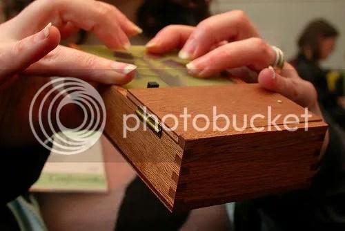 une crackle box et deux mains