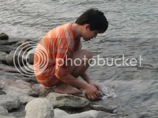 Con trai mà đi giặt đồ giữa sông...