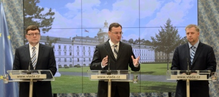 Zleva ministr dopravy Zbyněk Stanjura, premi�r Petr Nečas a ministr zemědělstv� Petr Bendl vystoupili 5. června v Praze na tiskov� konferenci po jedn�n� vl�dy.
