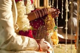 Pareja en ropa de la boda adornado tradicional de la India,