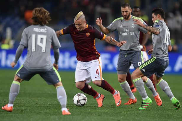Radja Nainggolan surrounded by Real Madrid players