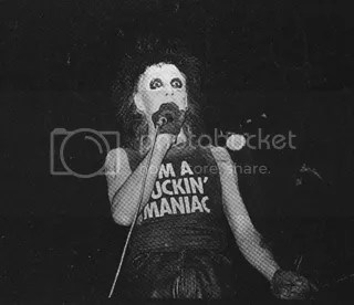pic from vamp.org of the one and only nik fiend of alien sex fiend wearing an I'M A FUCKIN' MANIAC shirt