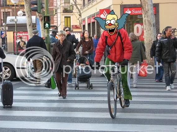 [foto: Cicleatón conviviendo armoniosamente con los peatones]