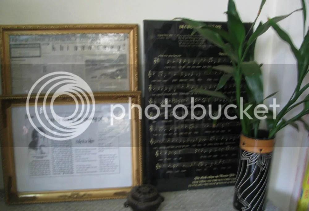 Thơ Trần Khắc Tám và bản nhạc phổ thơ được nhạc sĩ Thuận Yến khắc trên đá đen gửi tặng gia đình.