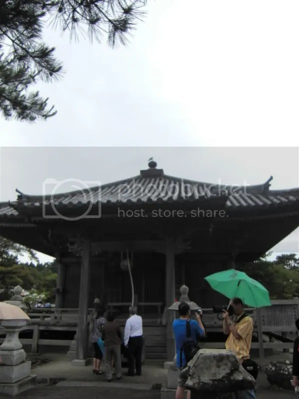 Gobaido- There are wood carvings of 3 zodiac animals on each side of the shrine.