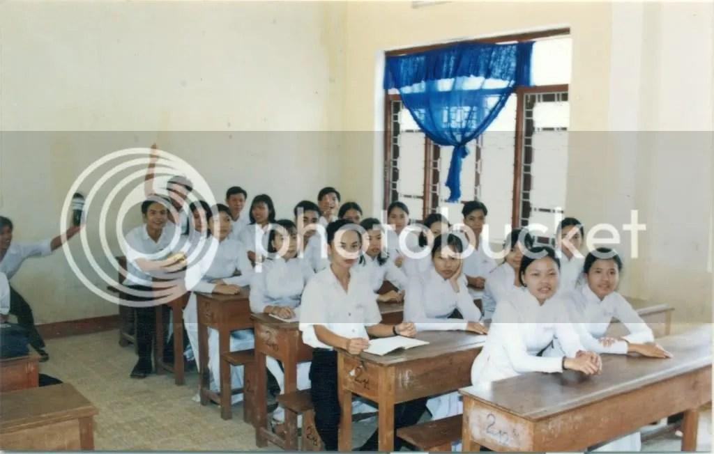 Dãy bàn gần cửa sổ của lớp